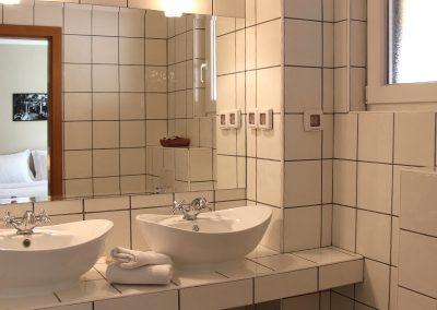 RH 1:1 Har två badrum med dusch och dubbla handfat.
