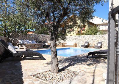 WH 1:1 Från lägenheten har man direkt access till det ombonade poolområdet.