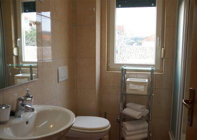 WH 1:1 Helkaklat Badrum/WC med dusch. Här ryms också tvättmaskinen.