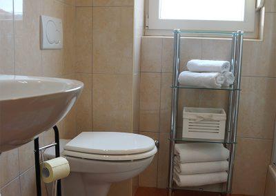 WH 1:2 Helkaklat Badrum/WC med dusch. Här ryms också tvättmaskinen.