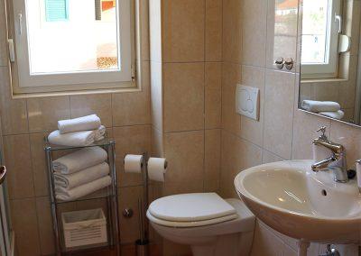 WH 2:2 Helkaklat Badrum/WC med dusch. Här ryms också tvättmaskinen.